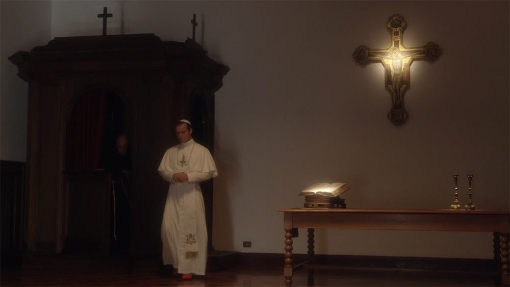 Pie XIII sort du confessionnal dans The Young Pope. Admirez l'éclairage de la Bible et du crucifix : comme dans un musée !     Pie XIII sort du confessionnal dans The Young Pope. Admirez l'éclairage de la Bible et du crucifix : comme dans un musée !