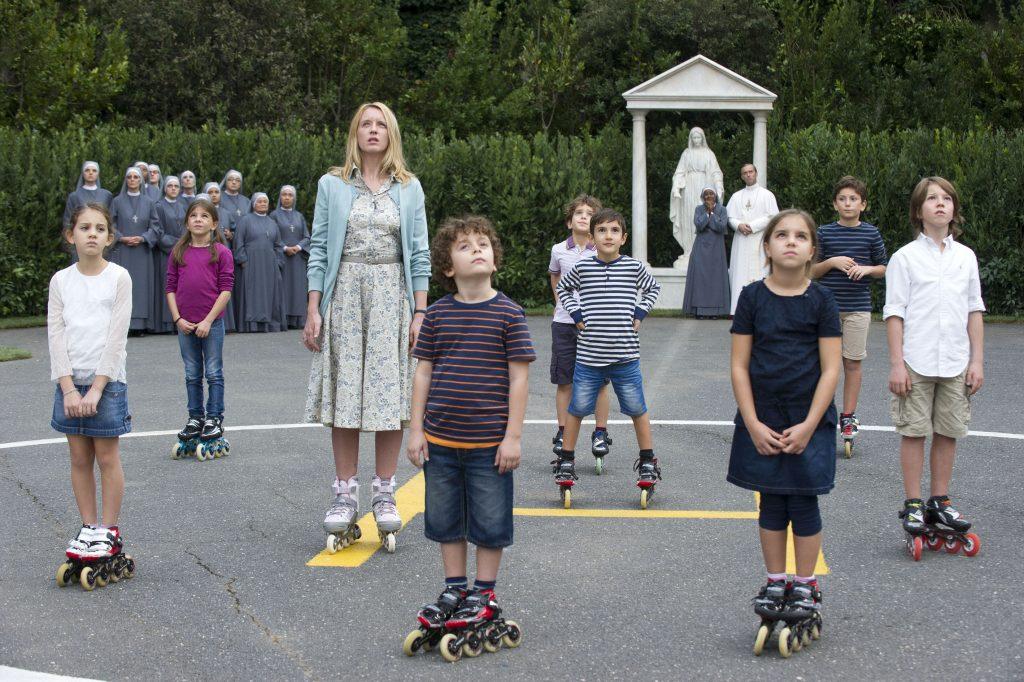 Esther Aubry (Ludivine Sagnier), les enfants, les religieuses, le pape...