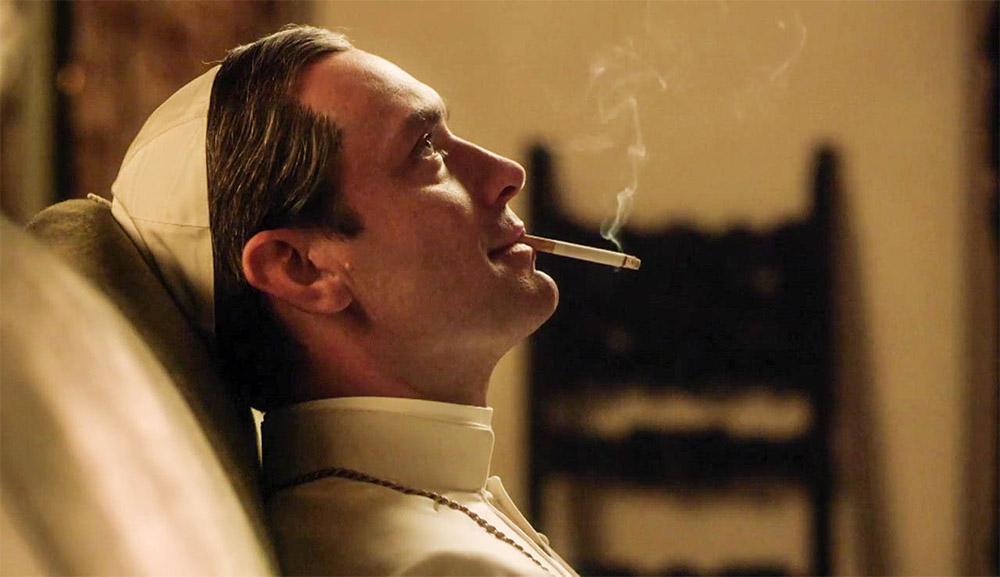 Dans The Young Pope, le pape Pie XIII passe ses journées à fumer et... se promener au Vatican.