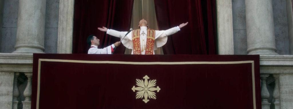L'élection du présomptueux pape Pie XIII, dans la série The Young Pope : à l'inverse de celle du pape François.